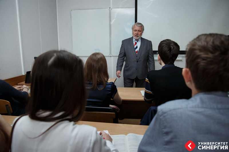 учиться на дипломата