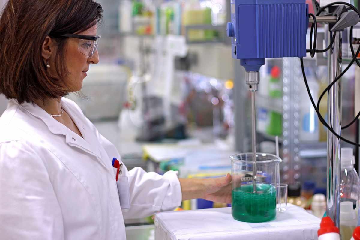 Химик-технолог может специализироваться в производстве пластмасс, органических смол, лаков, красок, топлива, взрывчатых веществ, стекла, цемента, керамики и многого другого