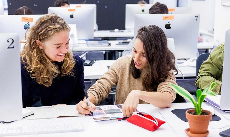 На курсах повышения квалификации можно быстрее научиться навыкам графического дизайна, задавая вопросы преподавателю