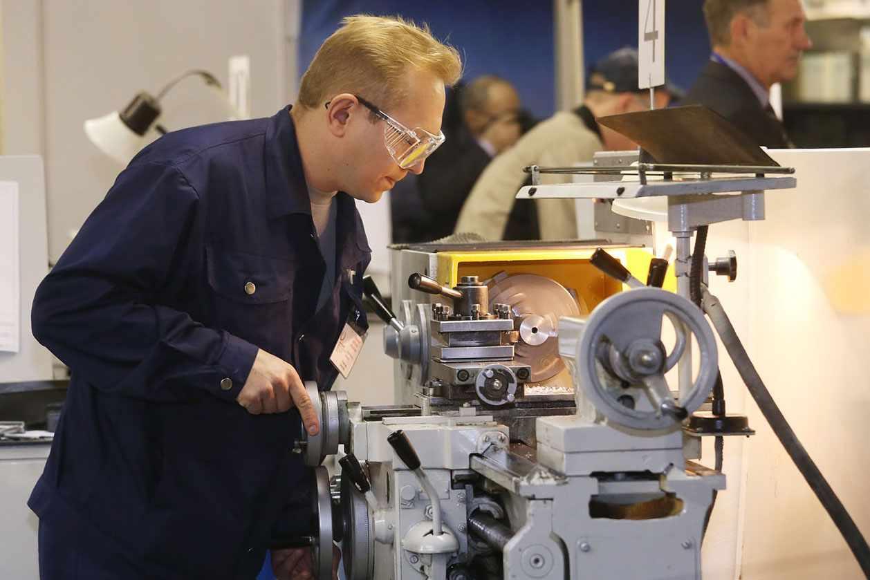 Минусом профессии считается отсутствие карьерного роста и трудоемкость процесса