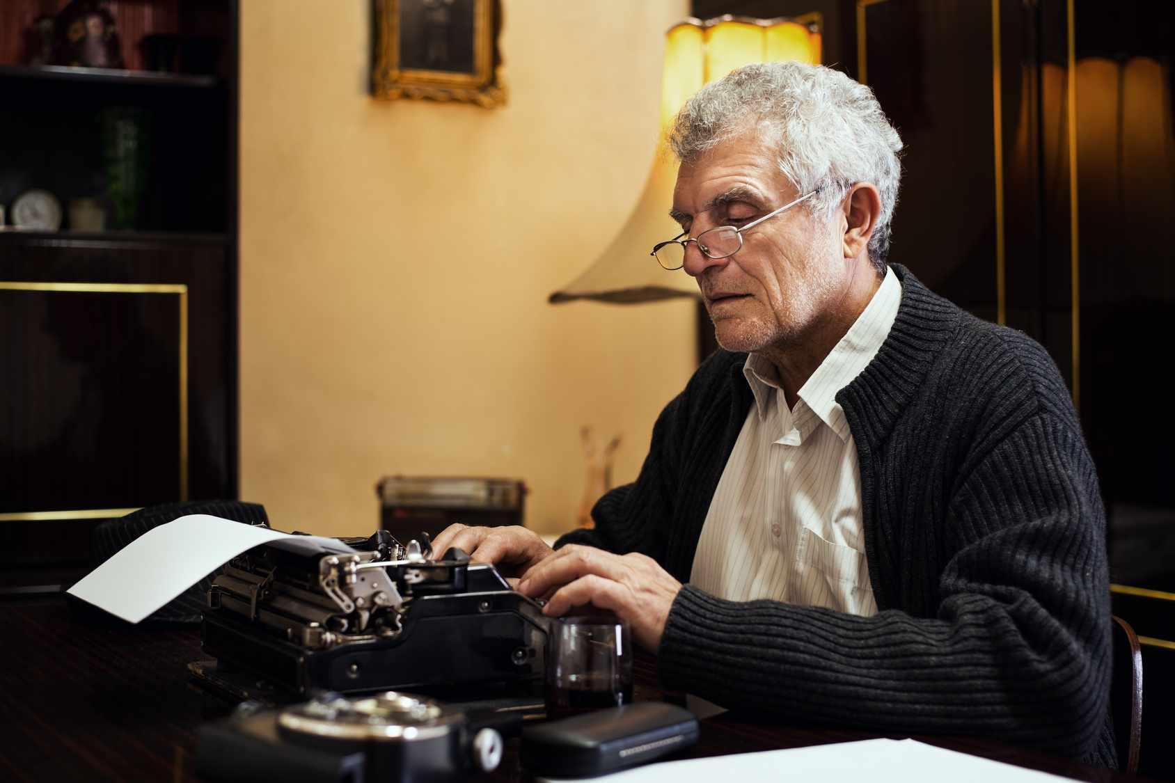 Писатель за печатной машинкой