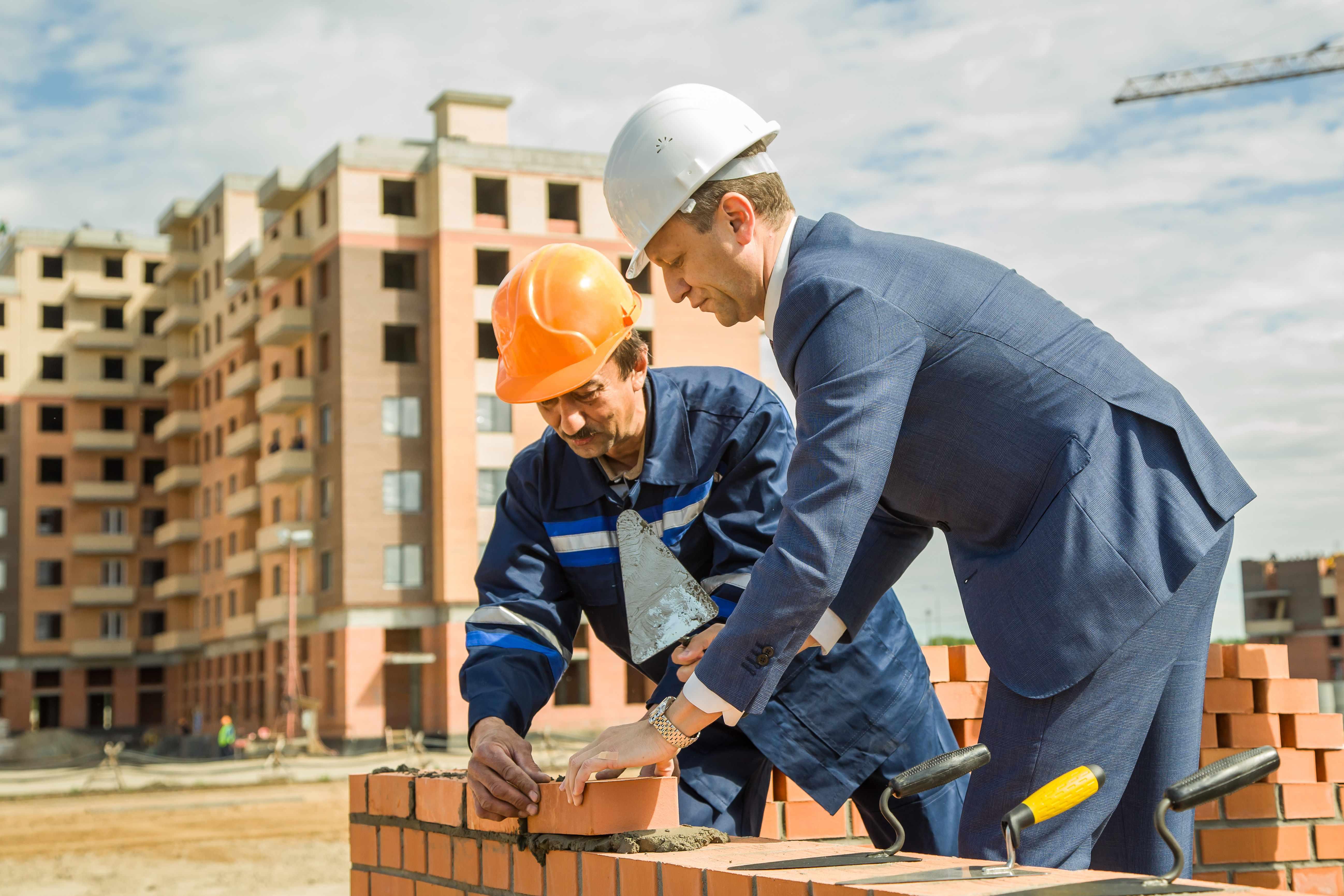 Представитель профессии в обязательном порядке должен хорошо владеть одной из профессиональных рабочих профессий: каменщик, плиточник, маляр или другие направления
