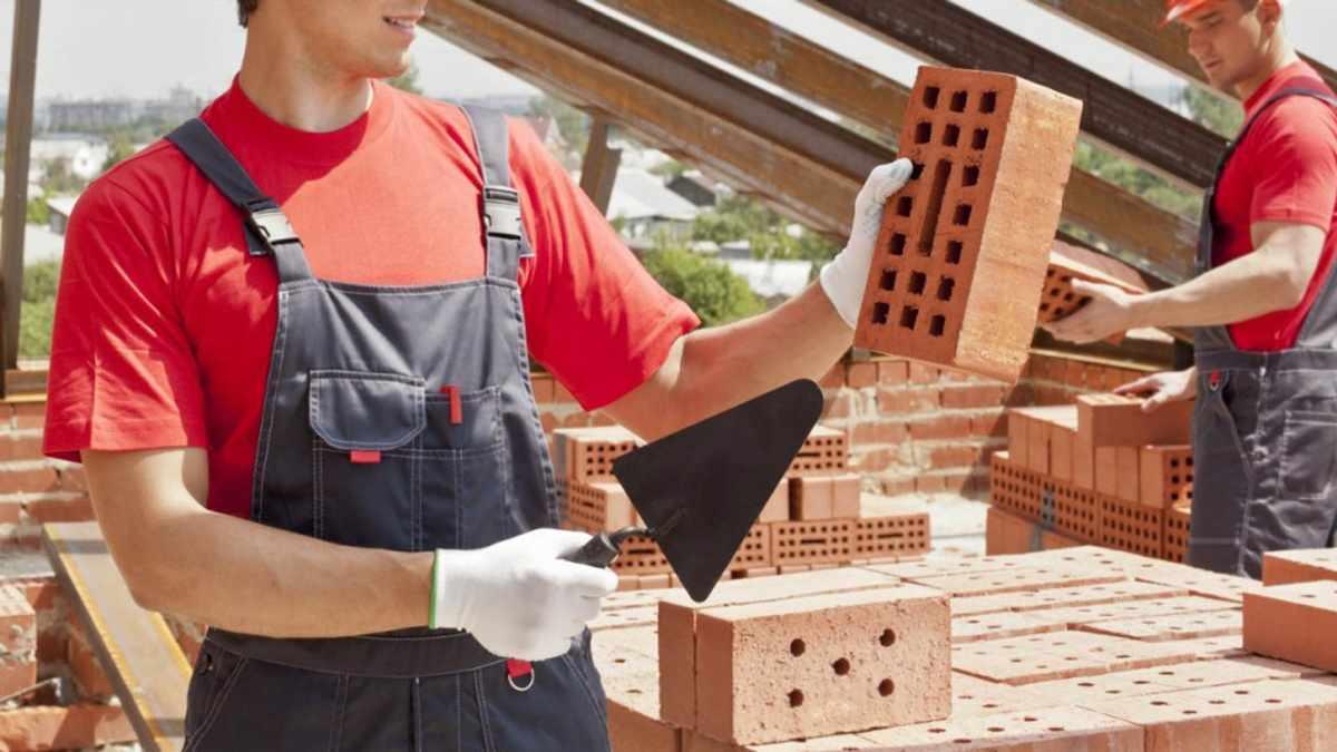 Кáменщик — строительный рабочий, занимающийся возведением или ремонтом каменных и кирпичных конструкций, специалист по кладке кирпича или камня