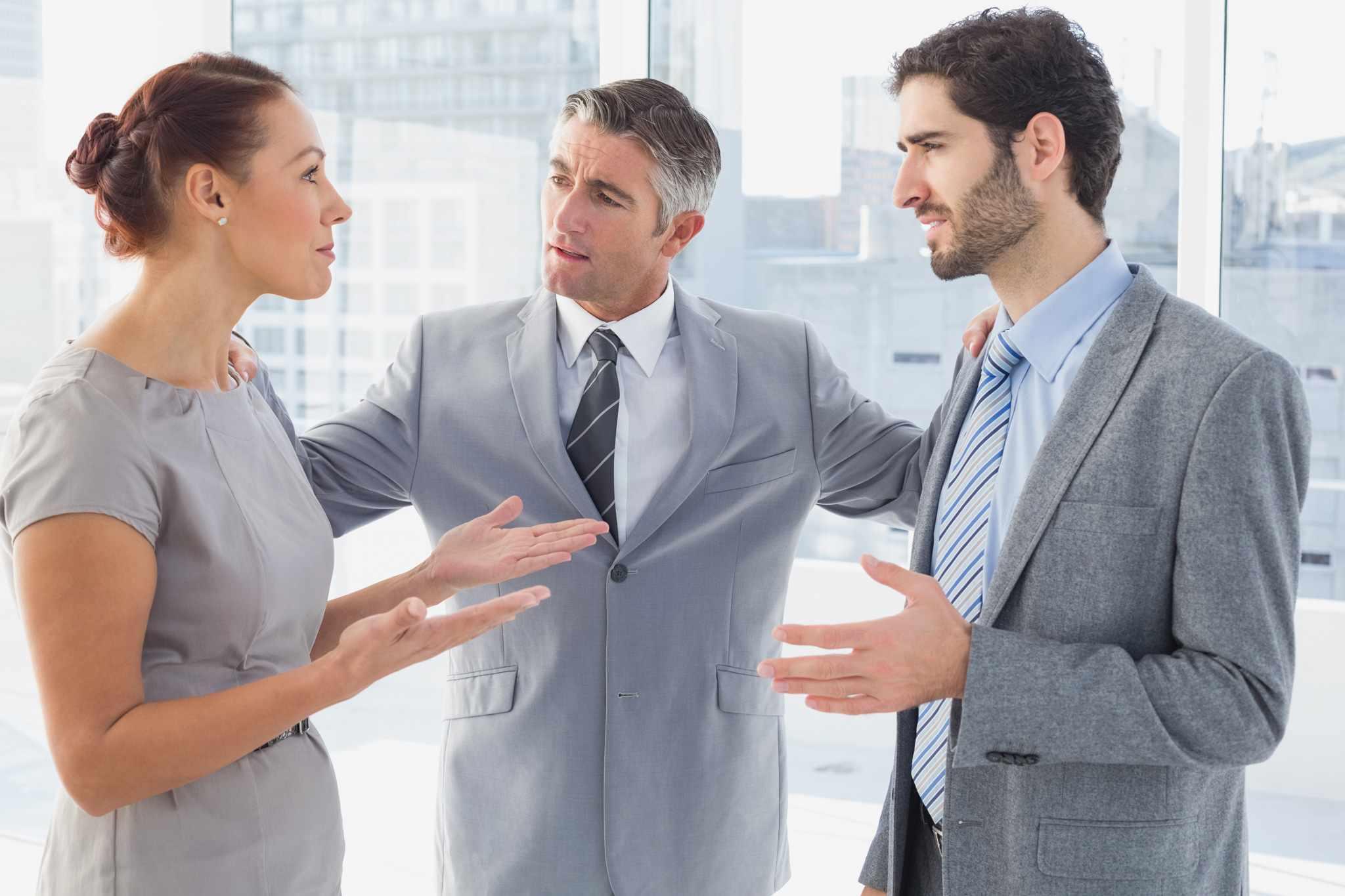 Медиатор – это профессиональный посредник, выступающий третьей стороной при разрешении спора и помогающий оппонентам достигнуть соглашения
