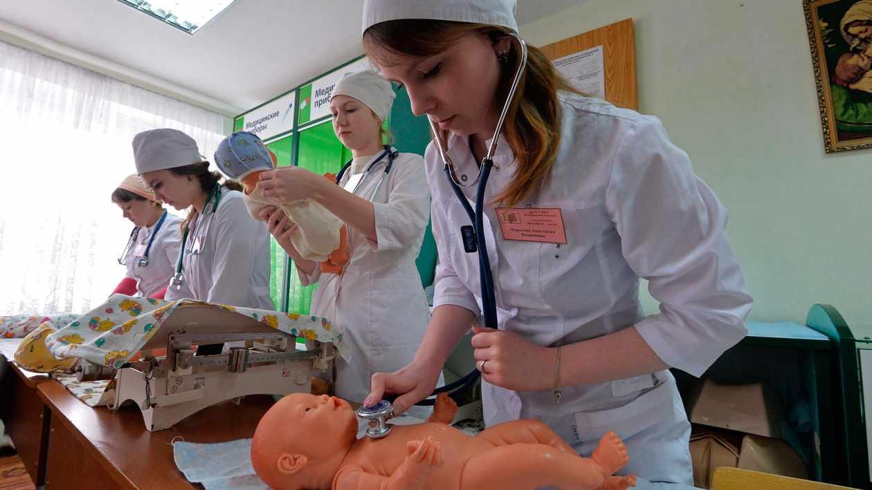 Примерная программа «Сестринское дело в педиатрии» содержит перечень практических манипуляций, которыми должны овладеть студенты за время изучения дисциплины для организации эффективного сестринского ухода