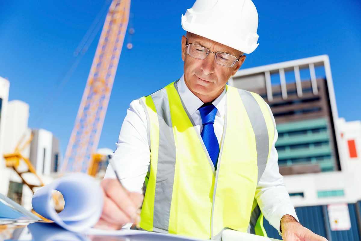 Инженер-строитель проектирует и рассчитывает строительные работы всех видов, координирует строительный процесс, разрабатывает новые материалы