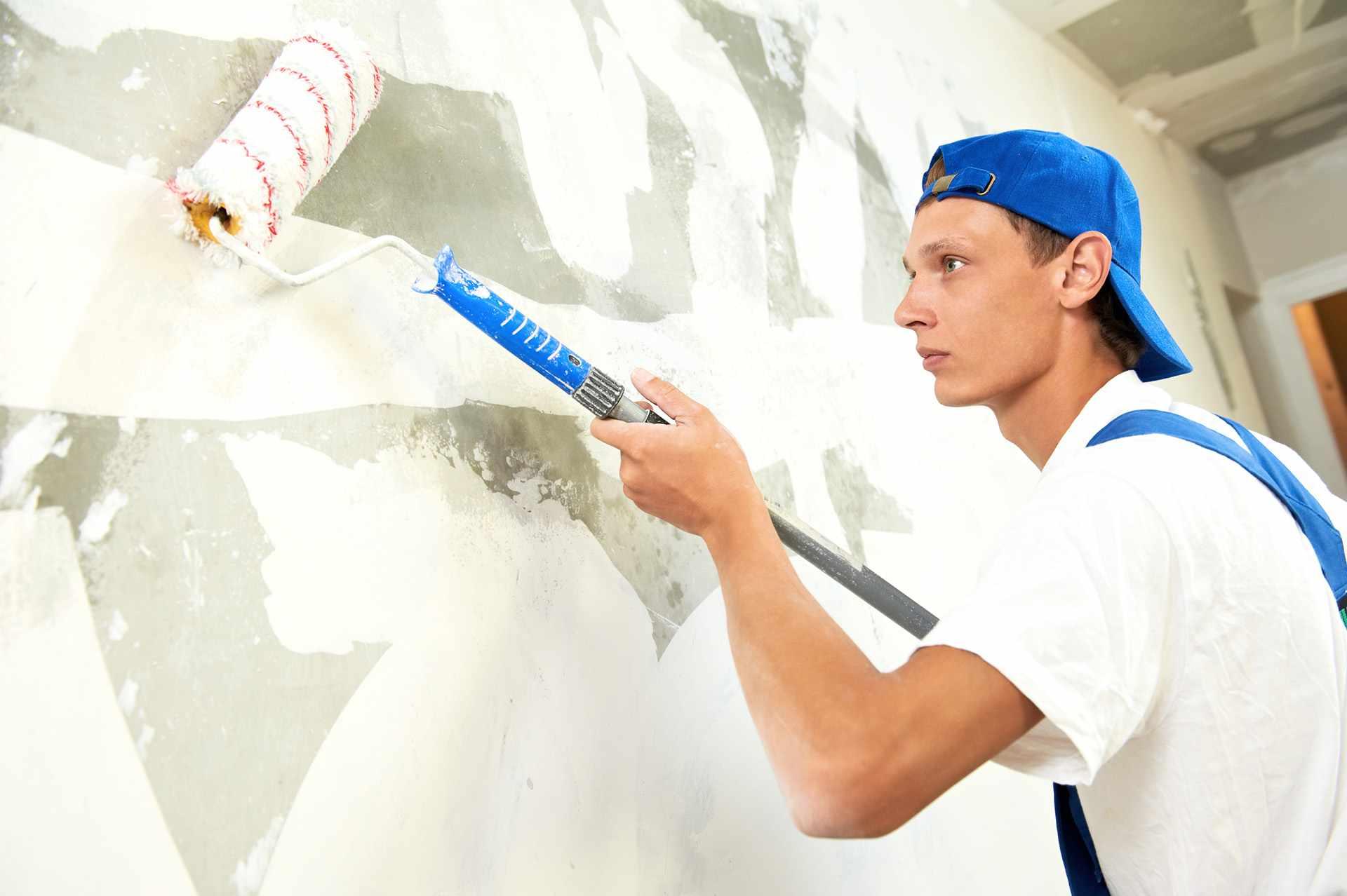 Маляр штукатур осуществляет деятельность по облицовке поверхностей зданий, оштукатуриванию, внутренней отделке помещений