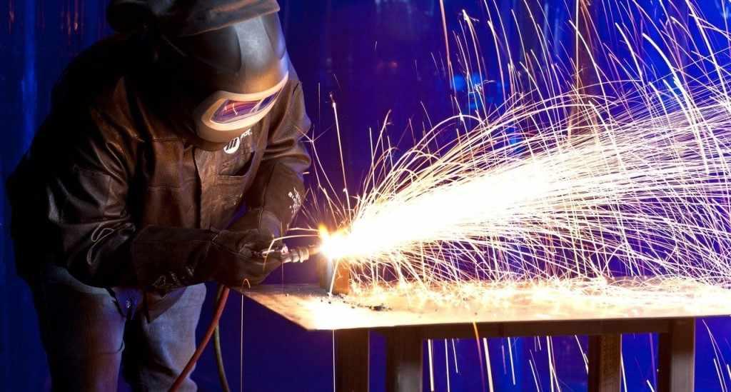 При помощи сварки металлические элементы надежно соединяются при изготовлении новой конструкции и при ремонте старой