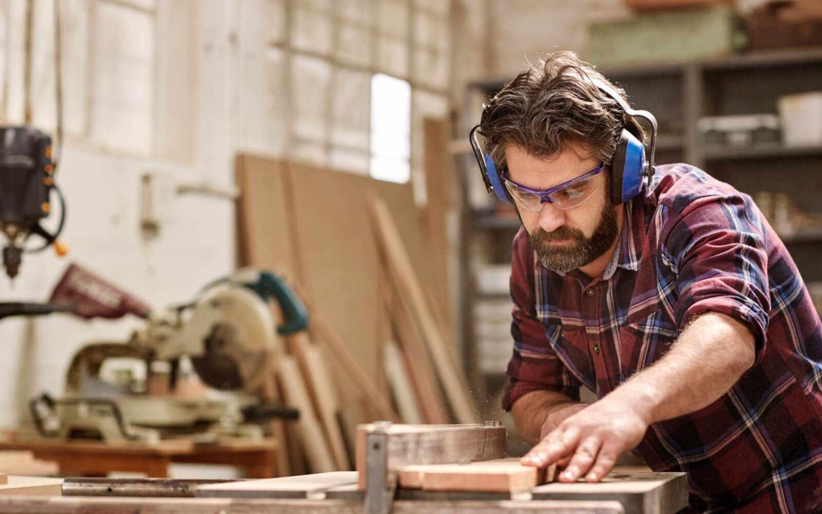 Столяр - мастер, работающий с деревом, создающий изделия из дерева