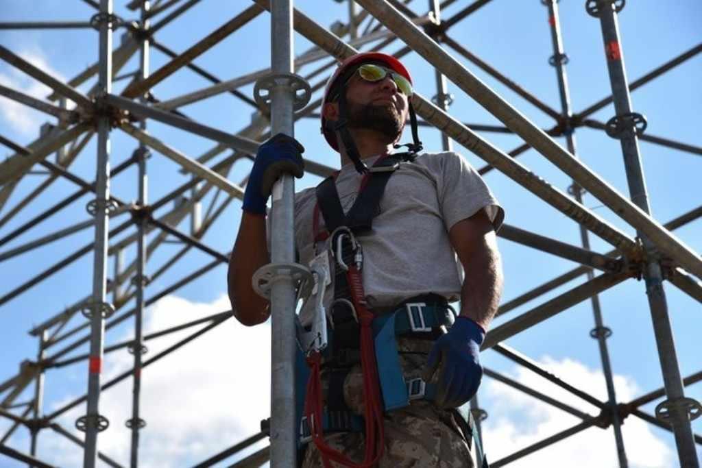 Монтажник — это специалист, который занимается установкой всевозможных конструкций (вентиляции, окон, потолков, электромонтажного оборудования, металлоконструкций)